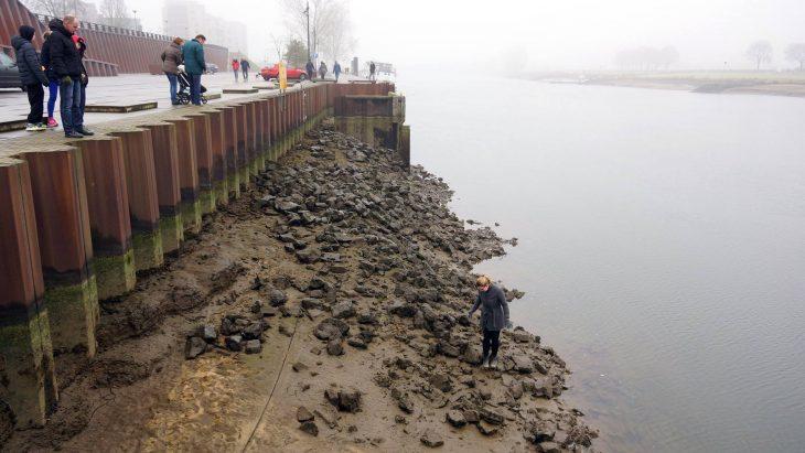 Kein Pegel, nirgends: Uferböschung ohne Wasser