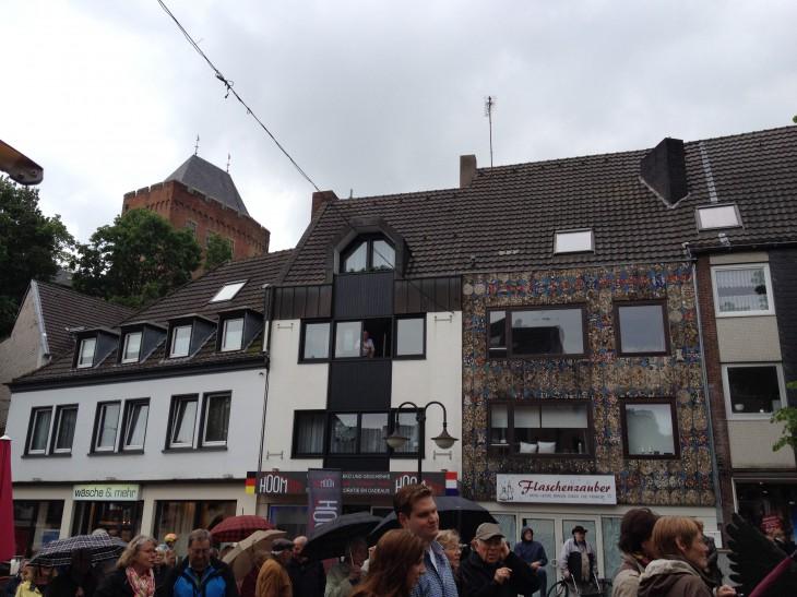 Der Bundespräsident (nicht im  Bild) blickt hinauf zu Hans F. Meyer (im Fenster)