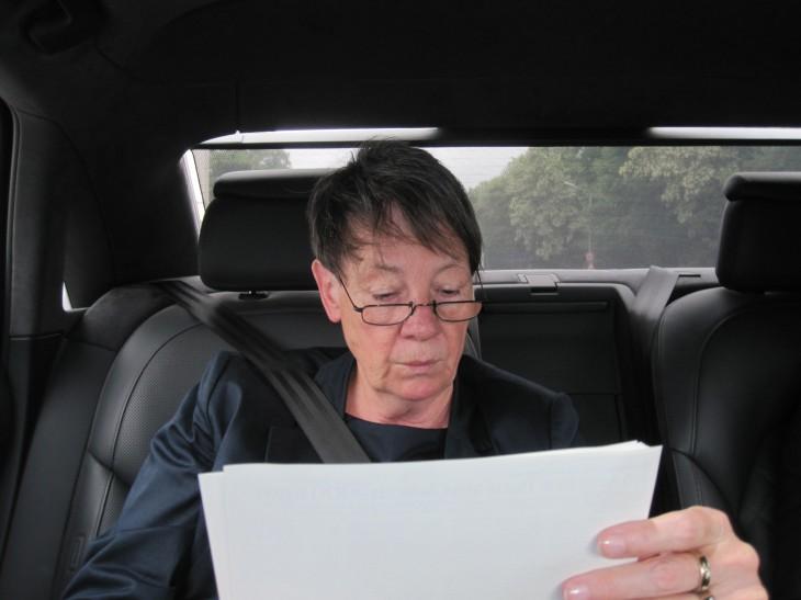 Aktenlesend im Dienstwagen