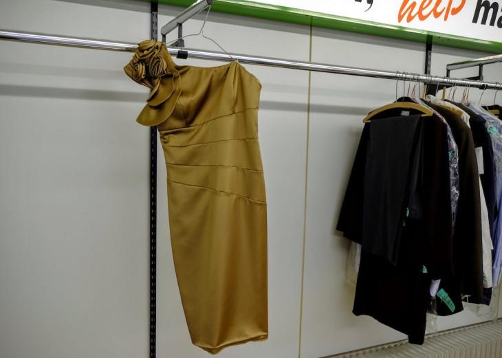 Großer Auftritt: Warum die Besitzerin das Kleid nach der letzten Nutzung nicht abholte? Ruinierter Abend?