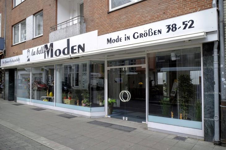 Mode in den Grüßen 38-52 verspricht dieses Geschäft, im Inneren ist davon allerdings nichts zu sehen, stattdessen überspielt etwas florale Dekoration die gähnende Leere