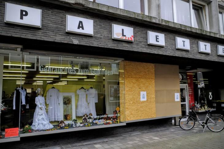 """""""Die Palette"""", ein Sozialladen mit ehrenwerten Anspruch, besetzt eines der größten Ladenlokale in der Steinstraße. Schaufensterscheiben werden offensichtlich nicht mehr erneuert."""