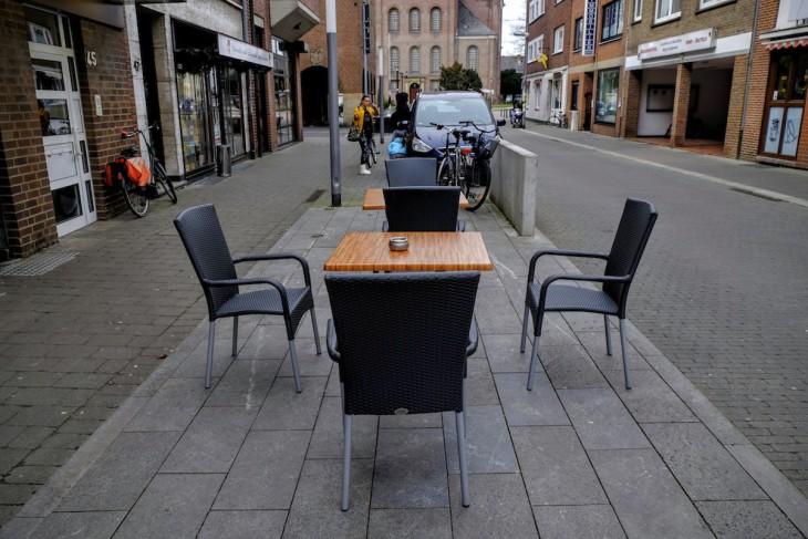 rauchen wie ein König, scheint diese kleine Installation einer Bäckerei zu sagen. Entspannendes Ambiente am Ende des rund halbstündigen Spaziergangs (solange darf man mit Parkscheibe parken, was aber auch komplett reicht)