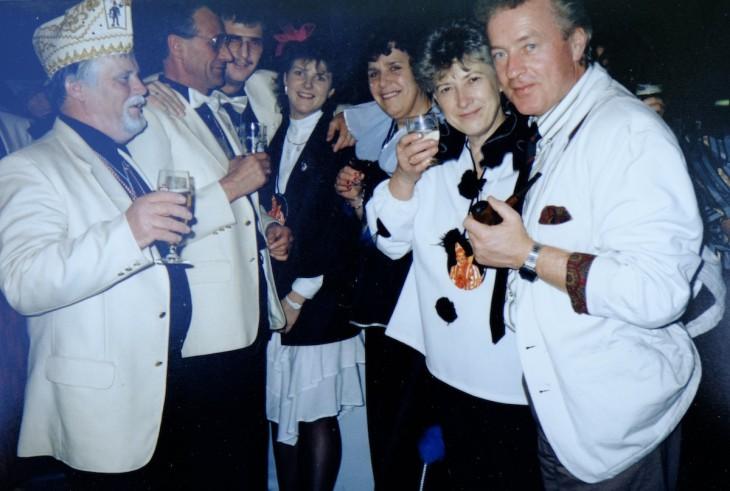 Weißes Jackett, Einstecktuch, Pfeife, digitale Armbanduhr: Wirt Bernhard Fluck in den frühen Achtzigerjahren, dazu einige Karnevalisten unbekannter Provenienz
