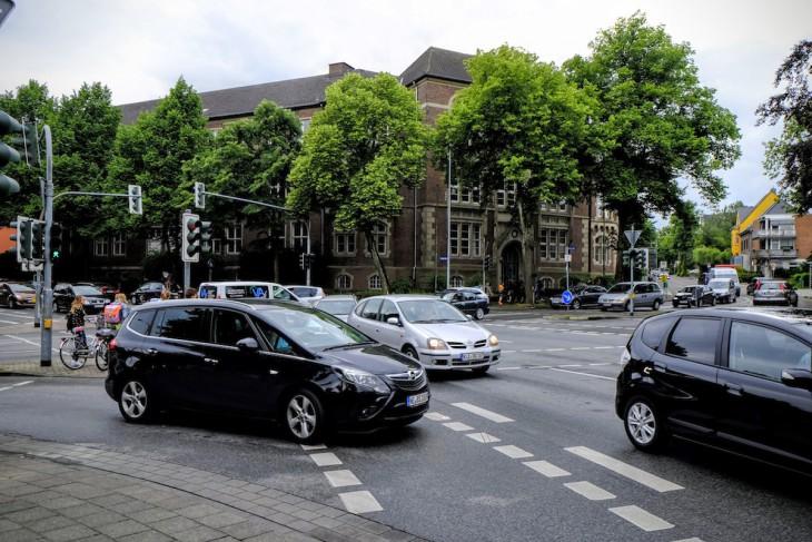 Chaos-Kreuzung am Stein-Gymnasium: Ampelphase vergehen, Autos stehen