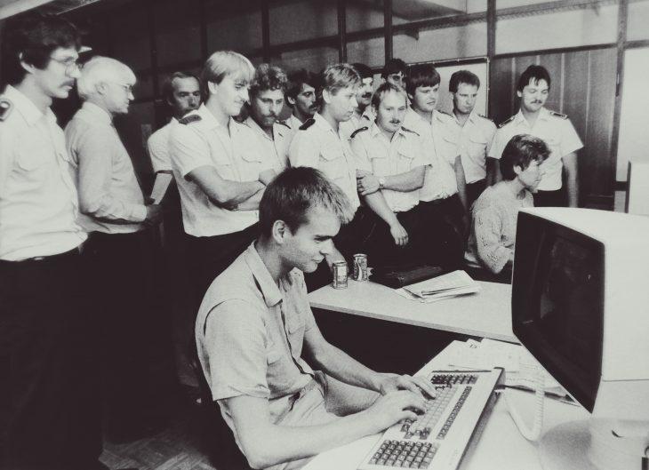 Mitte der 80-er Jahre verschwanden plötzlich die Schreibmaschinen: Der Autor zeigt Besuchern der Bundeswehr, wie am Computer Artikel geschrieben werden (Foto: G. Evers)