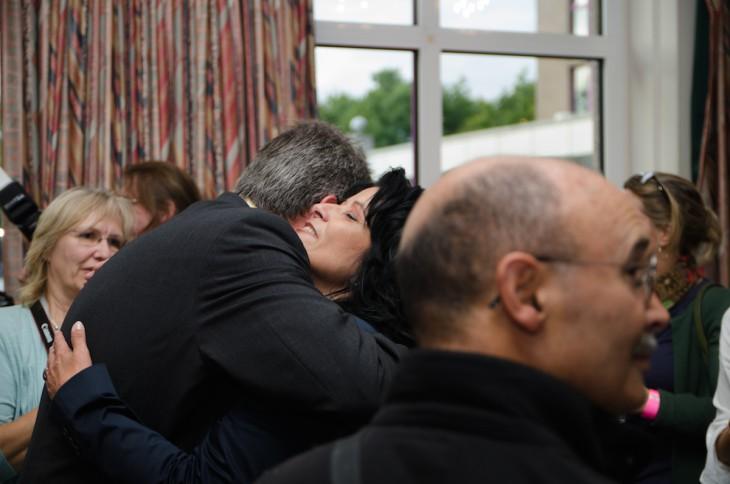 Umarmung nach den ersten Ergebnissen: Daniel Rütter, Sonja Northing (Foto © Torsten Barthel)