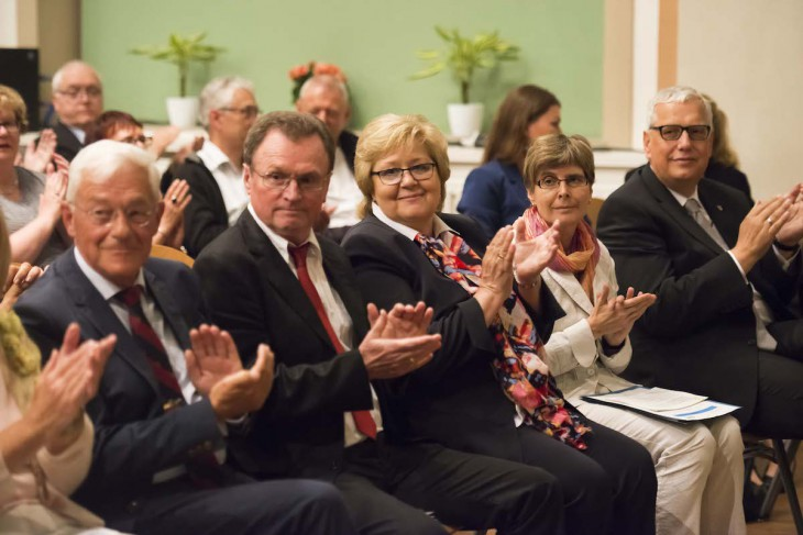 Freute sich mit ihren Gästen über die gelungene Verabschiedung im Gesellschaftshaus: v.l.n.r.: Peter Hohl, Peter Brill, Dr. Marie Brill, Martina Wenzel-Jankowski, Peter Driessen