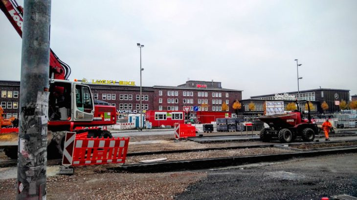 Auswärtsspiel: Bahnhofsvorplatz Duisburg, vertraute Farben