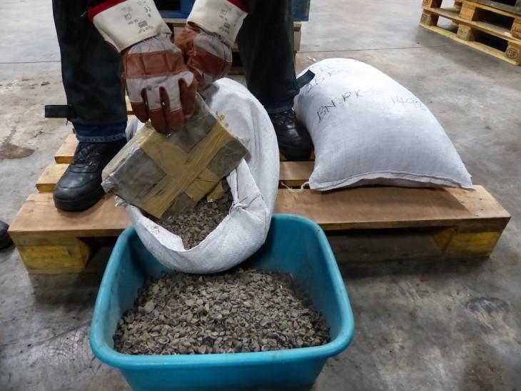 Das Versteck: Pakete in Palmkernschalensäcken