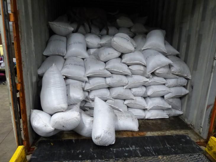 Säcke mit illegalem Inhalt im Container aus Ghana