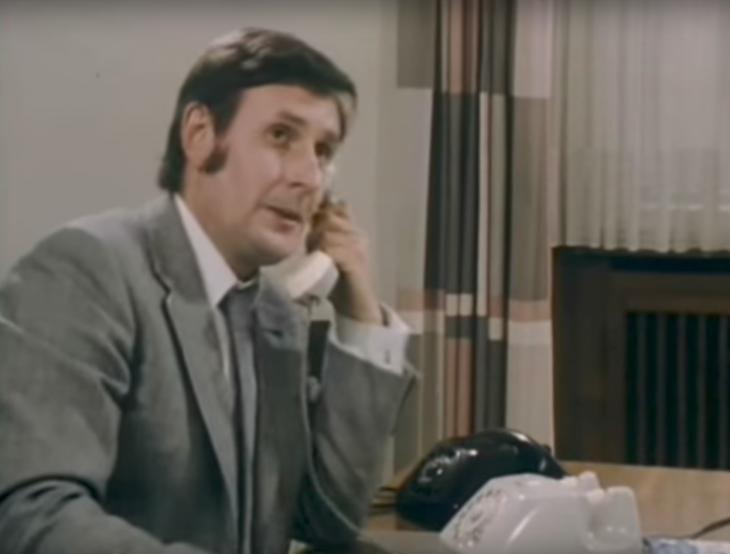 """Timpe (W. Szubries) schafft Ordnung – per Telefon mit Wählscheibe (Screenshot aus dem Film """"Smog"""")"""