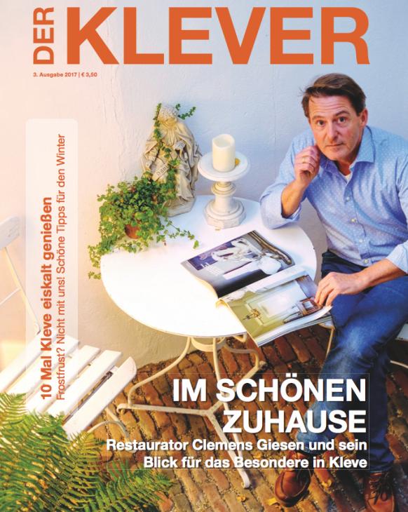 Clemens Giesen im Innenhof seines Geschäftes an der Marktstraße: Das neue Cover des Magazins Der KLEVER