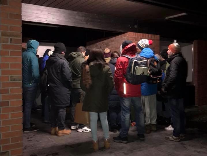 Kälte, Dunkelheit – und stundenlanges Warten vor einer geschlossenen Tür: Unwürdige Zustände vor der Wartevilla fürs Ausländeramt (Foto: Grüne Kreis Kleve)