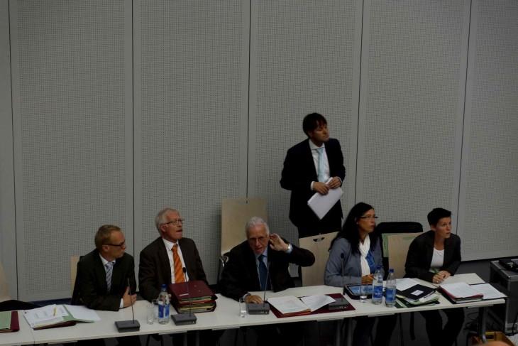 Ratssitzung im Audimax: Investor Riek (stehend), Verwaltungsspitze (sitzend) (Foto © Thomas Velten)
