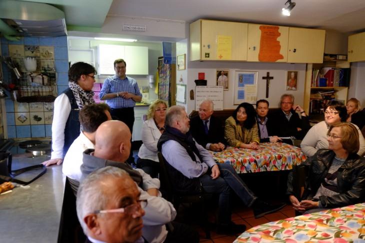 Stehend links Elke Lehnen (Klosterpforte), sitzend die Mitglieder des Sozialausschusses sowie Bürgermeister Brauer, Sonja Northing und Thomas Mutz