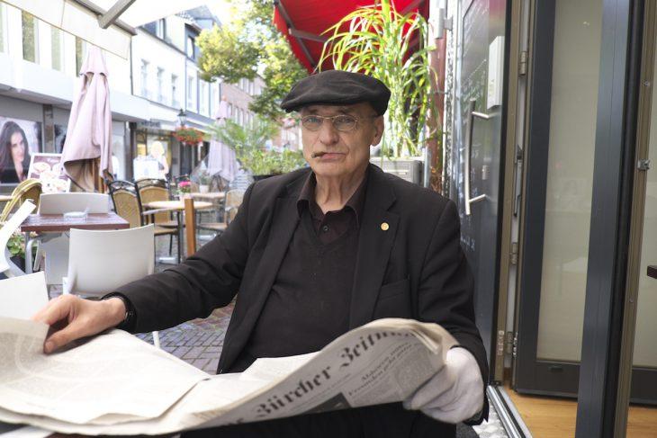 Alfons A. Tönnissen (hier 2014 bei der Nachmittagslektüre im Pias) musste erleben, dass Einbrecher sein Haus durchwühlten