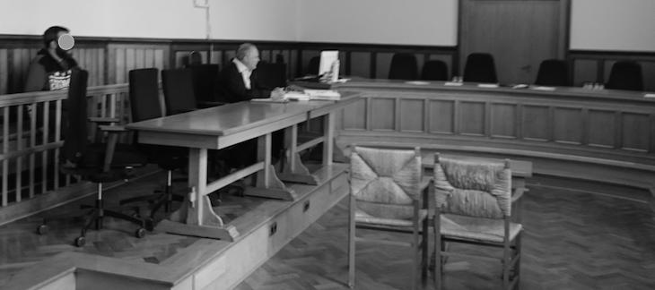 Saal A110 des Landgerichts Kleve: Links der Angeklagte, rechts sein Verteidiger. Der linke Stuhl ist für die Zeugin Kathrin B. reserviert, de rechte für ihren Rechtsvertreter Dr. Karl Haas