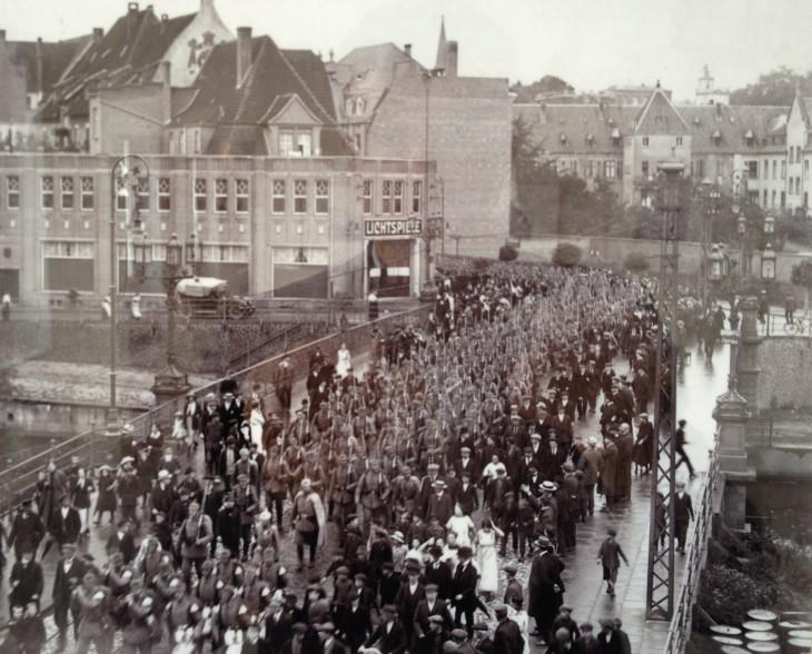 7. August 1914: Ausmarsch der Klever Garnison auf der Herzogbrücke Richtung Bahnhof