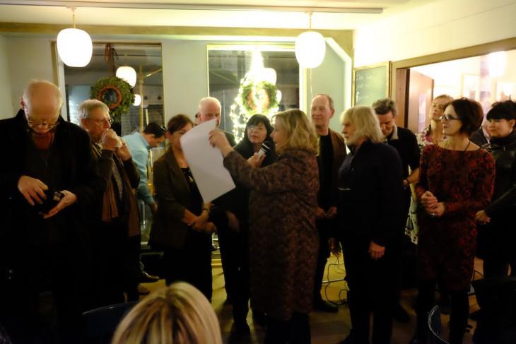 Gruppenbild mit Spende; Mechtild Janssen und Ron Manheim mit den Mitstreitern der Benefizaktion