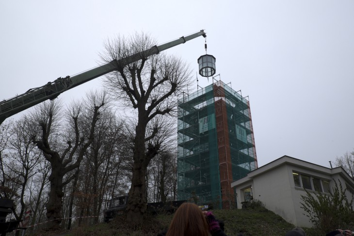 In allen zehn Ecken soll Heimatliebe drin stecken: Teleskopkran montiert Turmhaube