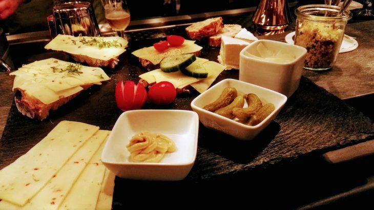Alles Käse! Aber guter: Schieferplatte der Köstlichkeiten aus dem Bar & Brot