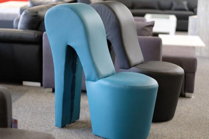 """Stühle wie diese sucht man in der Stadtbücherei Kamp-Lintfort vergebens. In Kleve auch. Man könnte sich darauf allerdings """"Frischfleisch von der Uni"""" (siehe vorigen Beitrag) lesend vorstellen. Wer die Stühle für sein Zuhause möchte: Self-Baumarkt, Kalkarer Straße"""