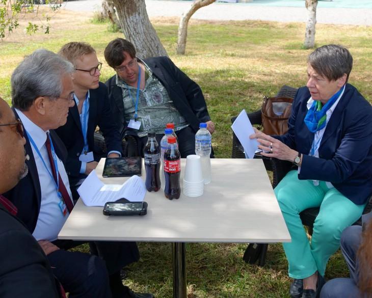 Barbara Hendricks im Gespräch mit Tony de Brum, Außenminister der Marshall Islands. Sein Inselreich säuft als erstes ab, wenn es weiter wärmer wird. Dann Holland.