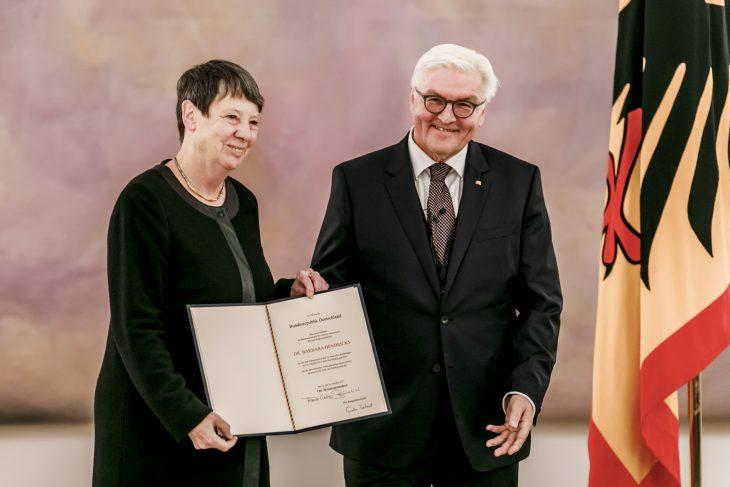 Die Unterschrift von Angela Merkel sieht komisch aus