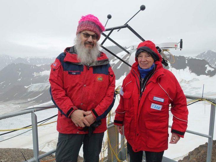 Das ist doch nicht…  Nein, der Mann neben unserer Ministerin ist nicht Wolfgang Thierse, sondern der Norweger Kim Holmén, der auf Spitzbergen die Folgen des Klimawandels hautnah miterlebt (Foto: BMUB)