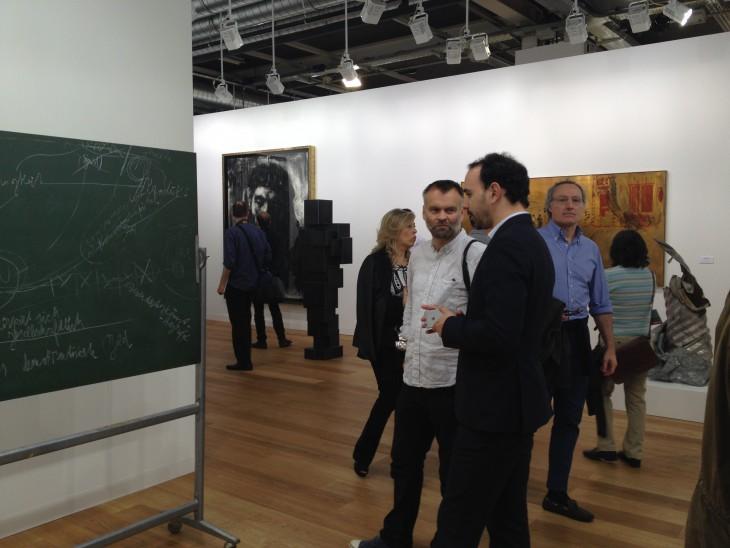 José Castañal, Direktor der Pariser Niederlassung der Galerie Thaddaeus Ropac im Gespräch mit kleveblog-herausgeber Ralf Daute. Links eine von Joseph Beuys xxxx in Kassel beschriebene Tafel, die für reichlich Geld den Besitzer wechselte