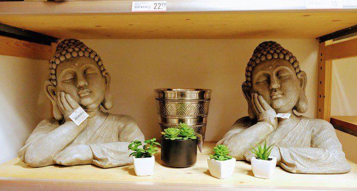 Gottheit als Massenware: Bei Xenos gibt es Buddhas für 22,99 Euro. Im Zuge der Übernahme der Kette durch den Non-Food-Discounter TeDi findet zwar ein Ausverkauf des bisherigen Sortiments statt, allerdings sind die Buddhas noch nicht im Preis herabgesetzt.