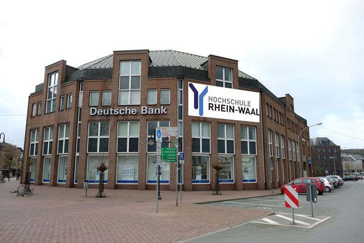 Diese hochprofessionelle Photoshoparbeit nimmt die Zukunft vorweg: Die Hochschule zieht in das Gebäude der Deutschen Bank