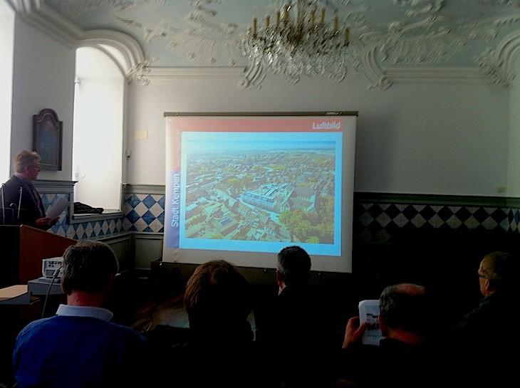 Exkursion in den Rokokosaal mit Blick auf den gebeamten Klosterhof
