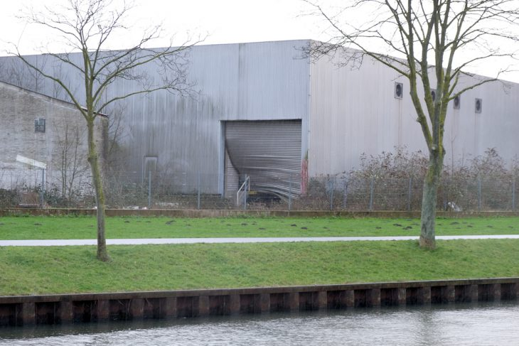 Eingedrückt: Rolltor am Spoykanal