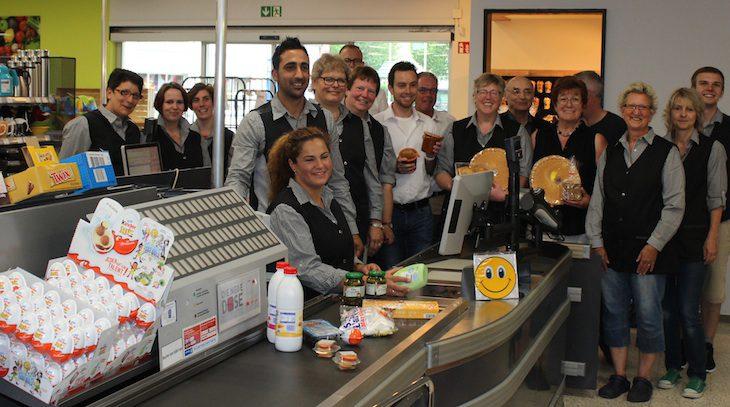 Freut sich mit seinem Team und den Partnern: Devran Eroglu (4.v.l.) eröffnet den Frischemarkt Rindern wieder. Am heutigen Mittwoch ab 16 Uhr Tag der offenen Tür mit Hüpfburg
