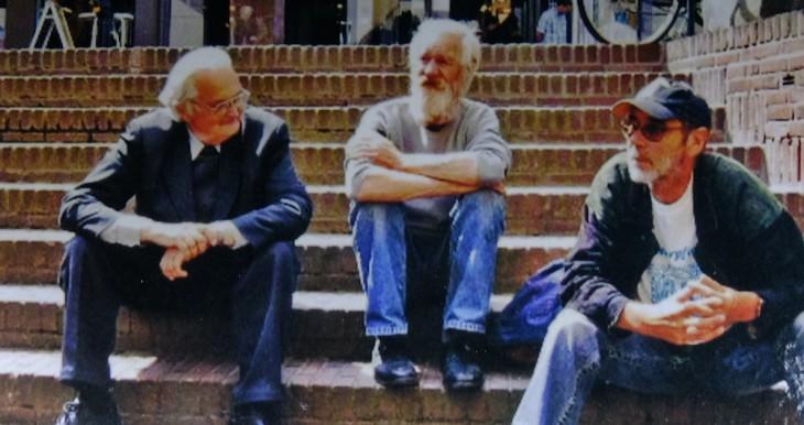 Fritz Leinung auf den Stufen vor der Unterstadtkirche, im Gespräch mit zwei Besuchern der Klosterpforte (Foto © Verein Klosterpforte)