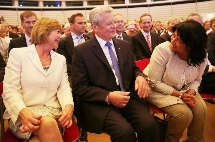 Erster Mann zwischen zwei Frauen im Gespräch: Daniela Schadt, Joachim Gauck,  Sonja Northing