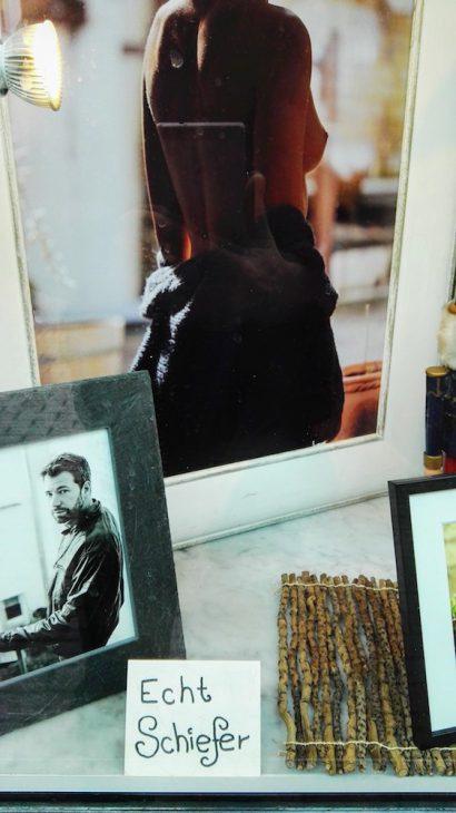 Schaufenster des sehr empfehlenswerten Fotostudios Peschges (Jana Kathrin) in der Kavarinerstraße: Mehr Schiefer als man denkt