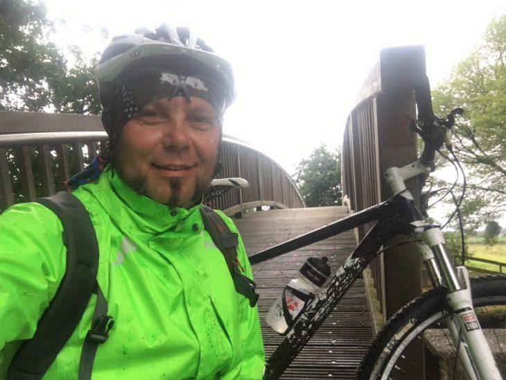 Während andere Teilnehmer sich durch den Regen stoppen ließen, fühlte sich Janusz Grünspek im Matschwetter erst so richtig wohl