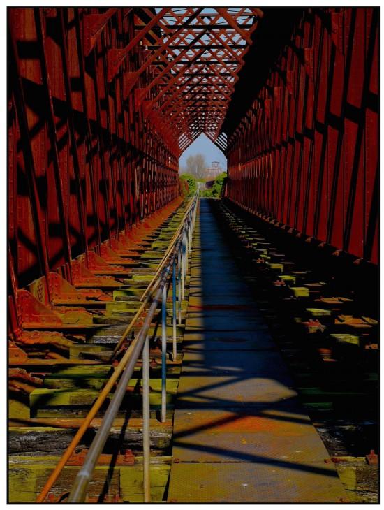 Filigraner Stahl mit Blick auf Spyck: Althreinbrücke Griethausen, ein Kleinod für risikobewusste Anleger (Foto: Joachim  Schäfer)
