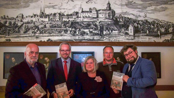 Mit druckfrischem Heft und vor historischer Kulisse: Werner van Ackeren, Dr. Manuel Hagemann, Alwine Strohmenger-Pickmann, Rainer Hoymann, Dr. Hiram Kümper
