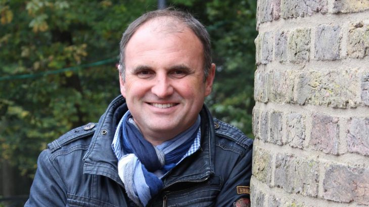 Korrespondent und Kabarettist: L. Kazmierczak, am Turm angelehnt