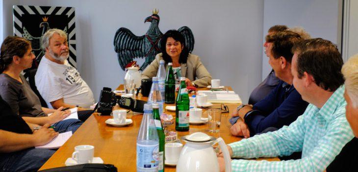 Bürgermeisterin Northing bei der Vorstellung des prächtigen Jubiläumsvogels (3.v.l.)