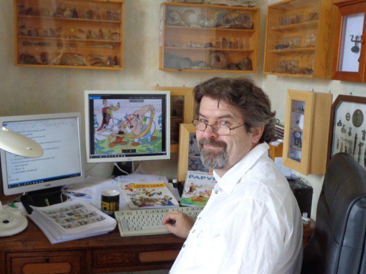 """Klaus Jöken am Computer: """"Die Sprache einer Asterix-Geschichte muss zeitlos sein. Ein Leser soll den Text auch in 40 Jahren noch zur Hand nehmen und darüber lachen, ohne dass ihm etwas altertümlich vorkommt"""" (Foto: privat)"""