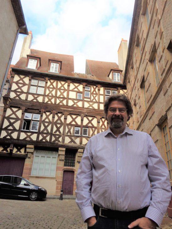Klaus Jöken vor dem Maison Thierry de Clèves, einem schmucken Fachwerkhaus in seiner Wahlheimat Moulins (Foto: privat)