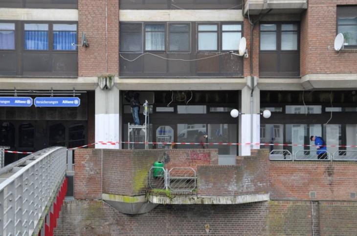 Flatterbänder sichern die Wege, damit niemand versehentlich von Trümmern erschlagen wird (Foto © Kleinendonk)