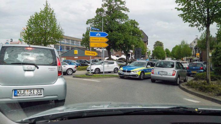 Kreisverkehr Briener Straße: Polizei fährt entgegen der Fahrtrichtung, um durchzukommen