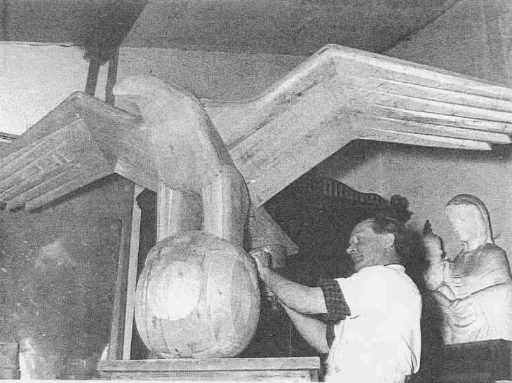 Josef Kopetzky bei der Arbeit am Adler in seinem Atelier in Kellen
