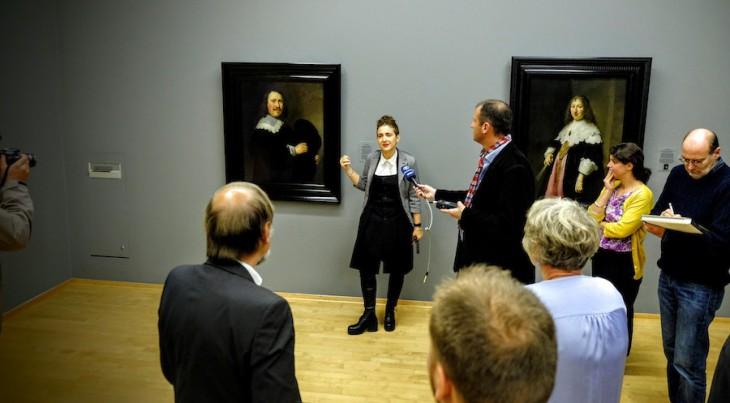 Junge Frau erklärt alten Meister